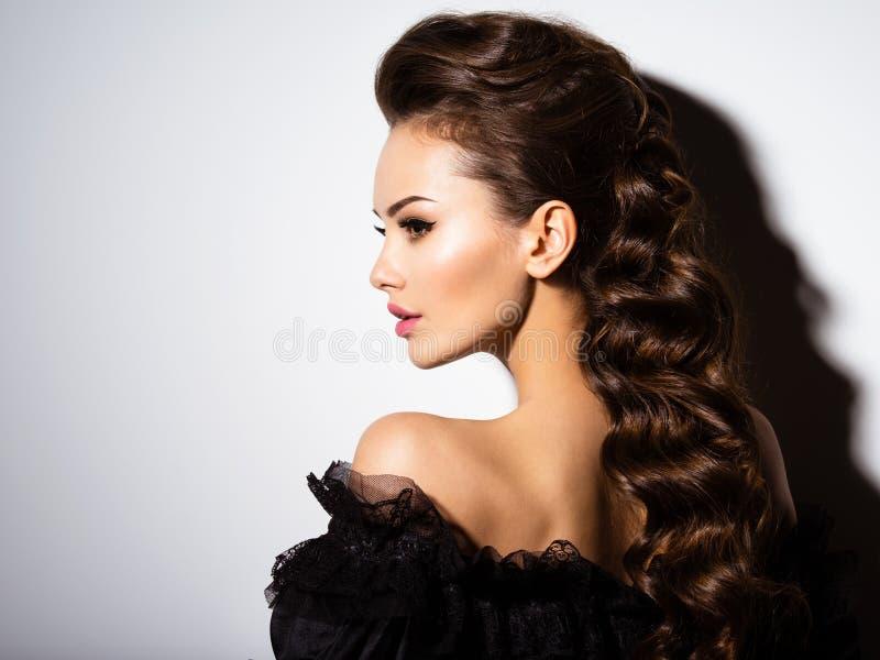Beau visage d'une jeune femme sexy Verticale de profil images stock