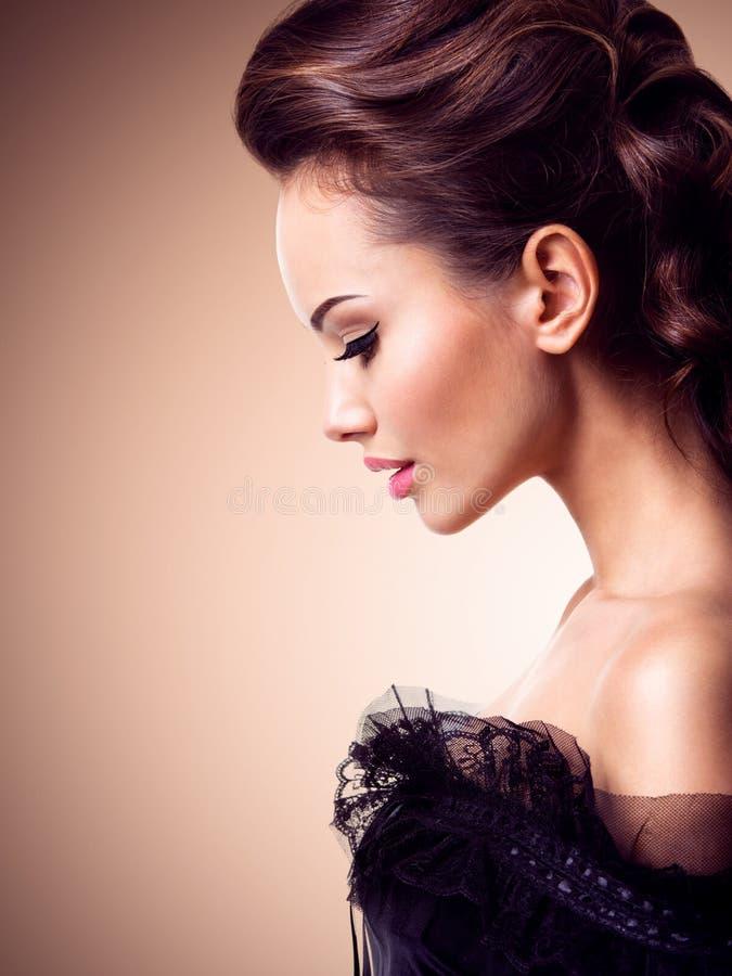 Beau visage d'une jeune femme sexy Verticale de profil photo stock
