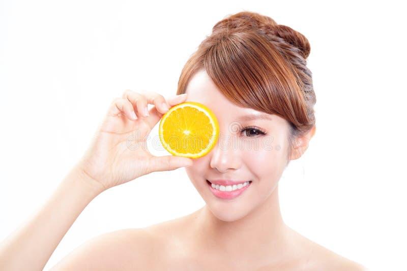 Beau visage de femme avec l'orange juteuse photo stock