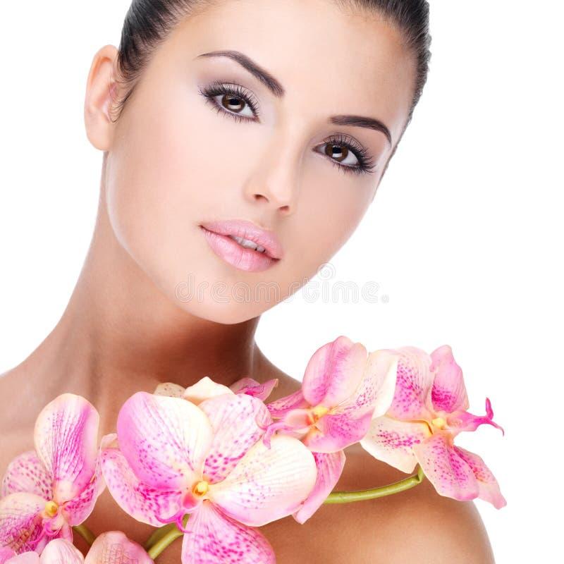 Beau visage de femme avec la peau saine photos stock