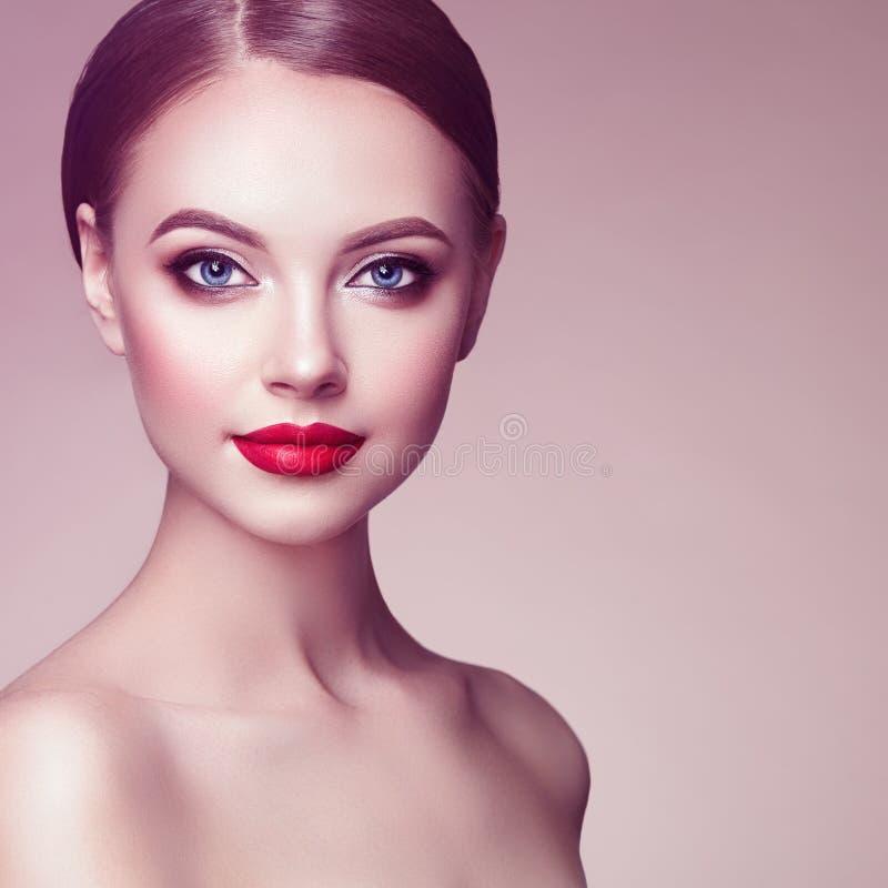 Beau visage de femme avec le renivellement parfait photos stock