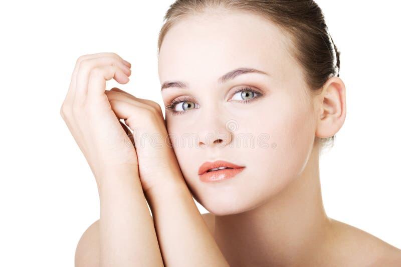 Beau visage de femme de station thermale avec la peau propre saine. images libres de droits