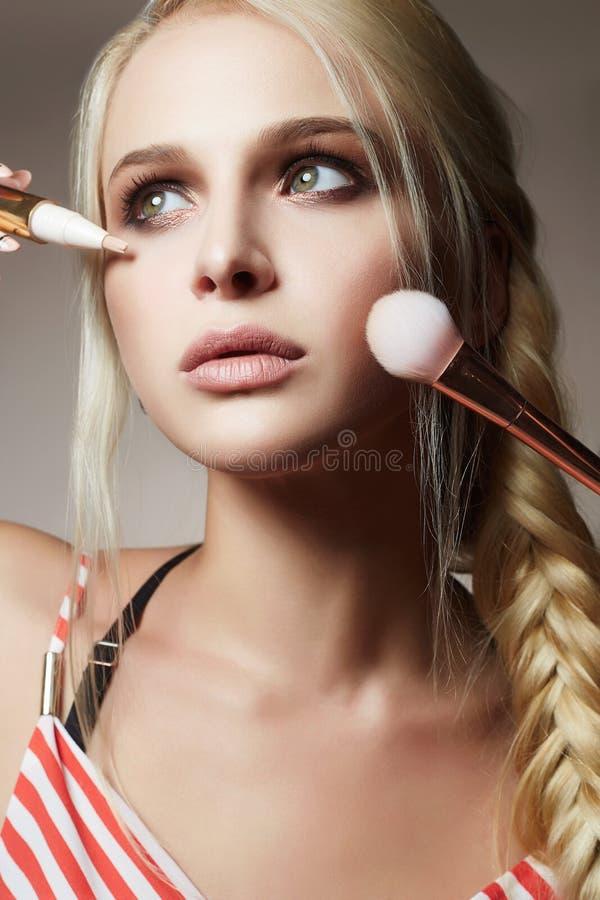 Beau visage de femme Maquillage appliquez les cosmétiques photo stock