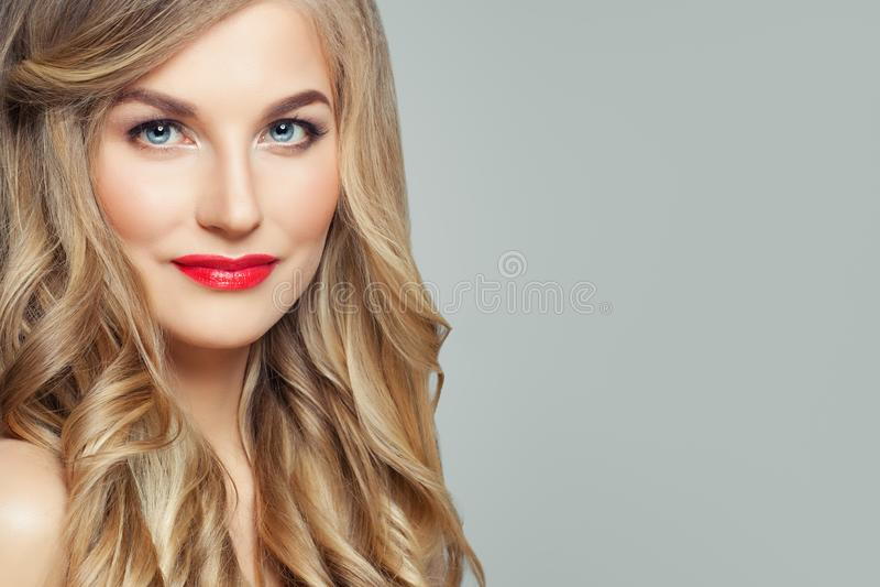 Beau visage de femme, portrait de plan rapproché Modèle femelle mignon avec les cheveux blonds et le maquillage rouge de lèvres photographie stock libre de droits