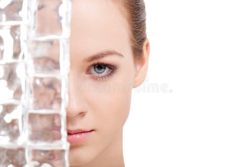 Beau visage de femme près des glaçons photo stock