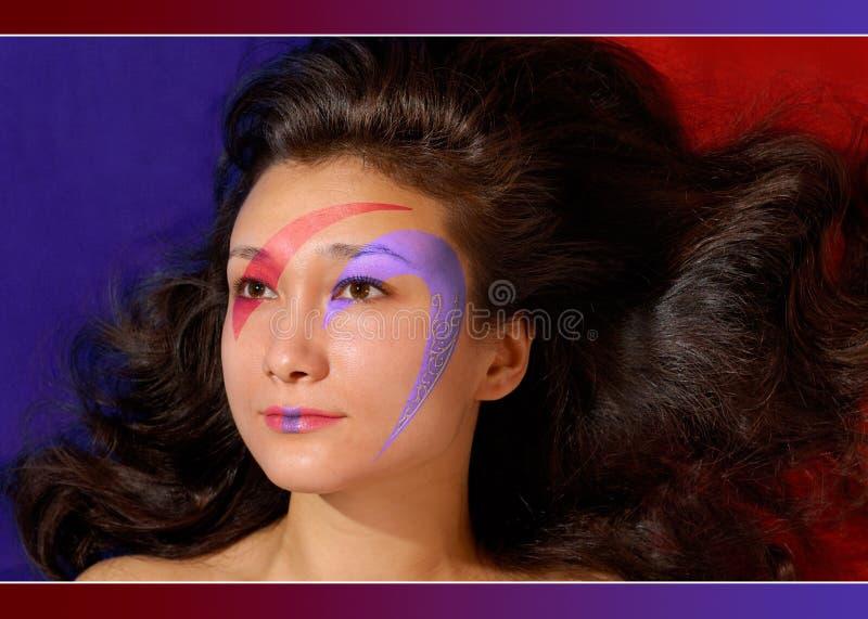 Beau visage de fille avec le renivellement coloré photographie stock