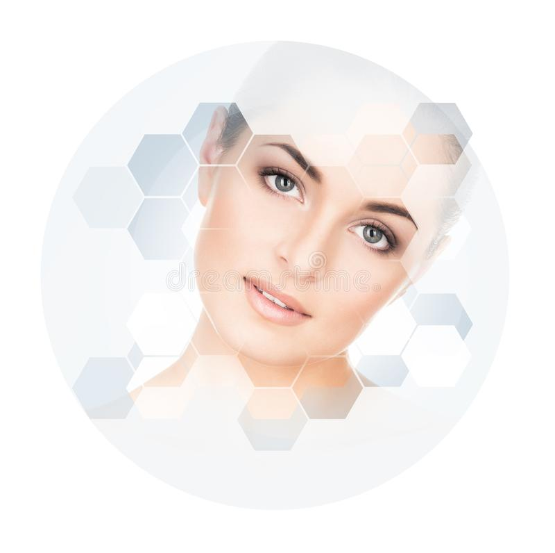 Beau visage de jeune et en bonne santé fille Chirurgie plastique, soins de la peau, cosmétiques et concept de levage de visage photographie stock