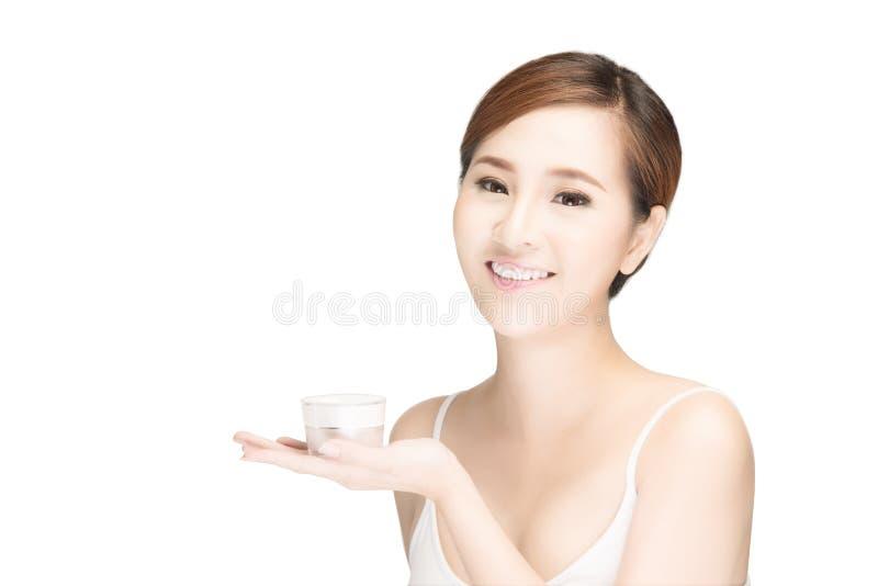 Beau visage de jeune femme avec la fin fraîche propre de peau vers le haut de l'OIN photographie stock