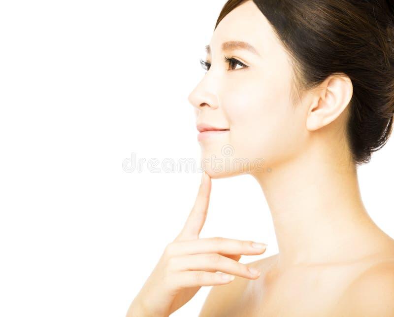 Beau visage de jeune femme avec la peau fraîche propre photographie stock libre de droits