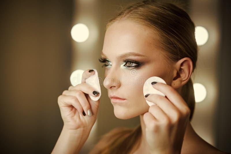 Beau visage de jeune femme avec le plan rapproché frais propre de peau Verticale de beauté Belle femme de station thermale Peau f images stock