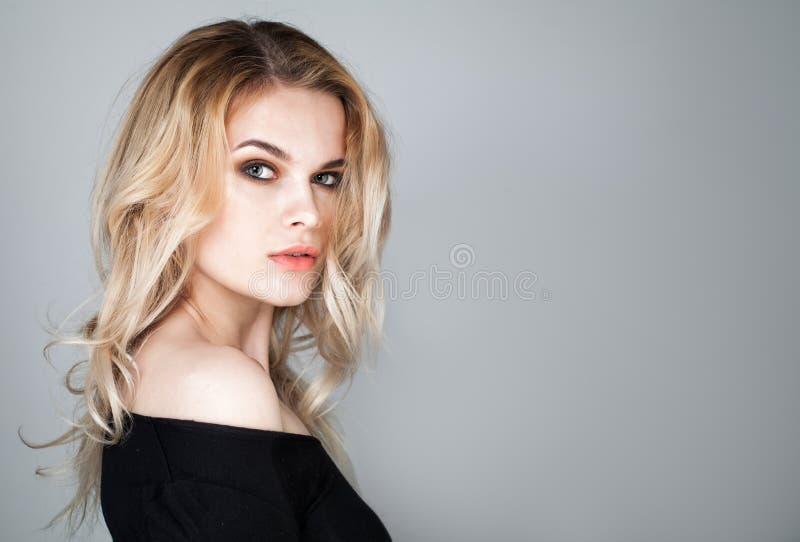 Beau visage de jeune femme Portrait de modèle mignon image stock