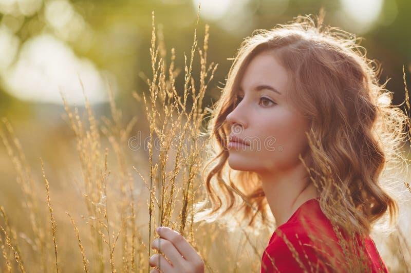 Beau visage de jeune femme Verticale extérieure image libre de droits