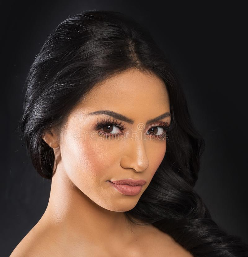 Beau visage du ` s de femme avec de longs cheveux foncés photographie stock