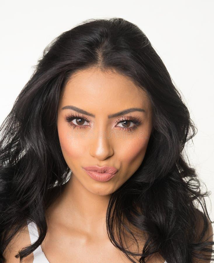 Beau visage du ` s de femme froissant ses lèvres images libres de droits