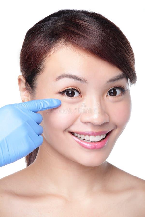 Beau visage femelle avec le gant de chirurgie plastique photos libres de droits
