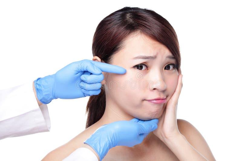 Beau visage femelle avec le gant de chirurgie plastique images libres de droits
