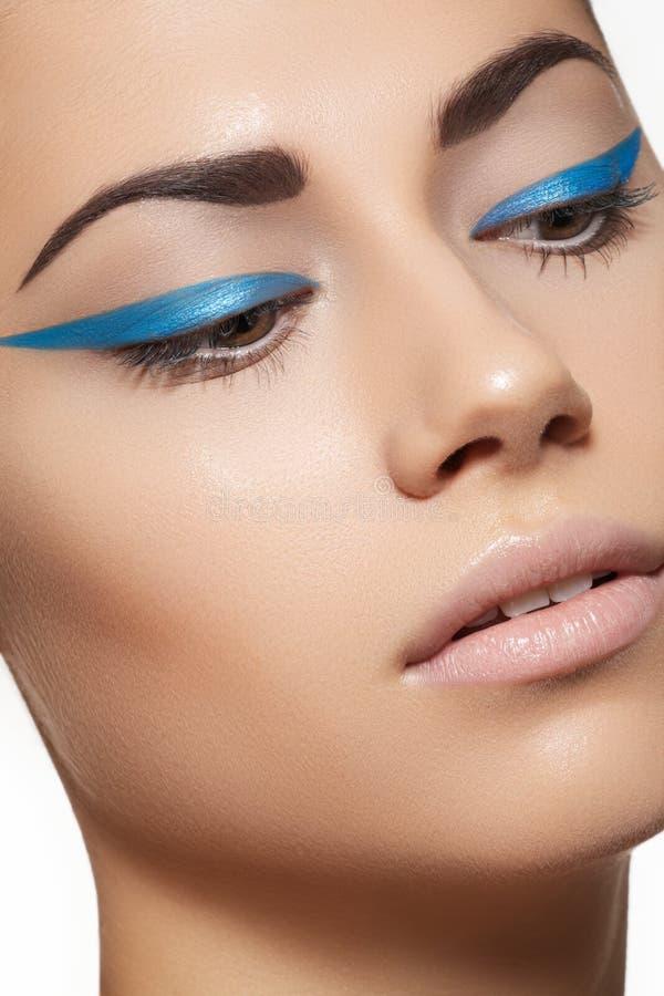 Beau visage modèle avec le renivellement d'eyeliner de mode photographie stock