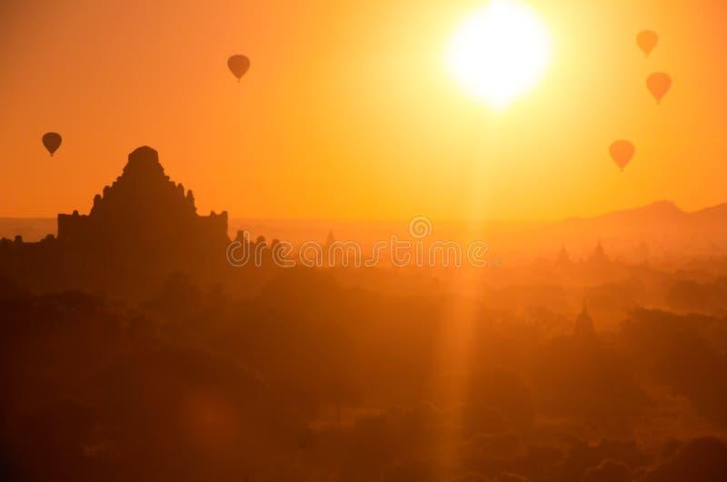 beau vol chaud trouble de ballon à air au-dessus de vieille pagoda dans Bagan photo stock