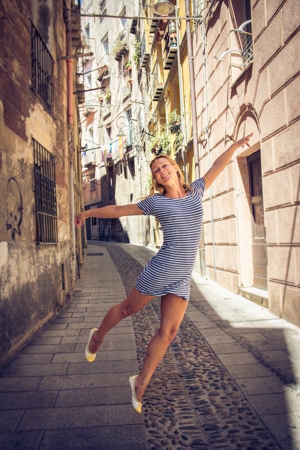 Beau vol de fille par des rues de Cagliari en Sardaigne photos libres de droits
