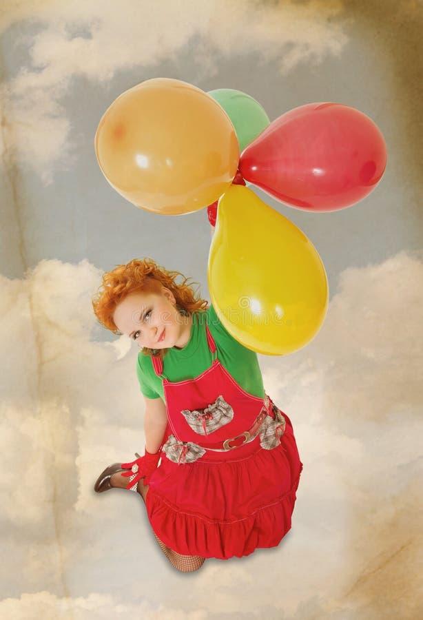 Beau vol heureux de fille avec des baloons dans le rétro type photographie stock