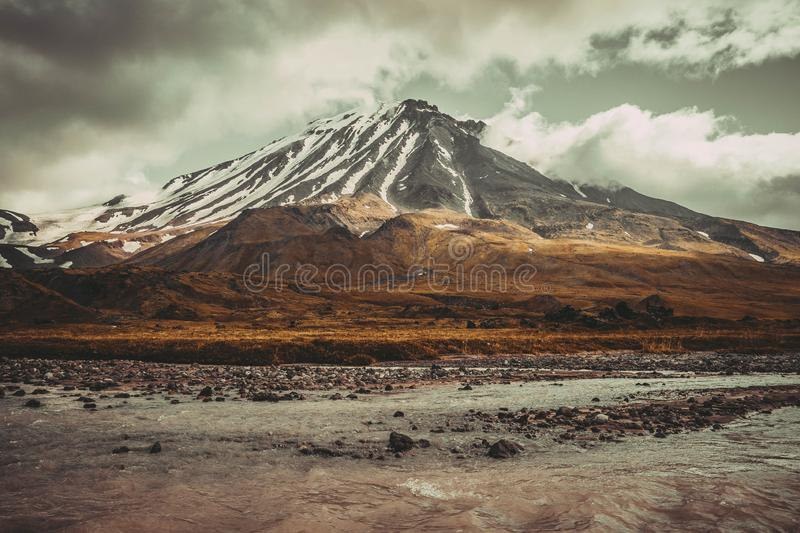 Beau volcan neigeux image stock