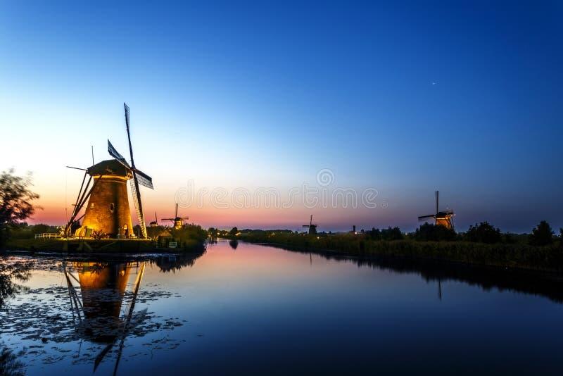 Beau widmill néerlandais au coucher du soleil et au moment bleu d'heure photographie stock libre de droits