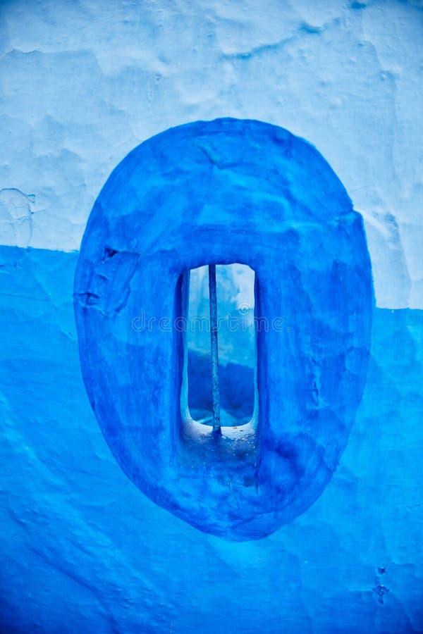 Beau Windows bleu de la ville antique de Chefchaouen la Médina photos stock
