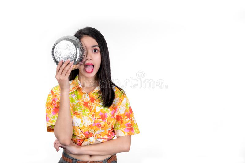Beau womanTake asiatique de portrait la cuvette de l'eau outre du visage et coller la langue pour faire des gestes drôles sur le  images stock