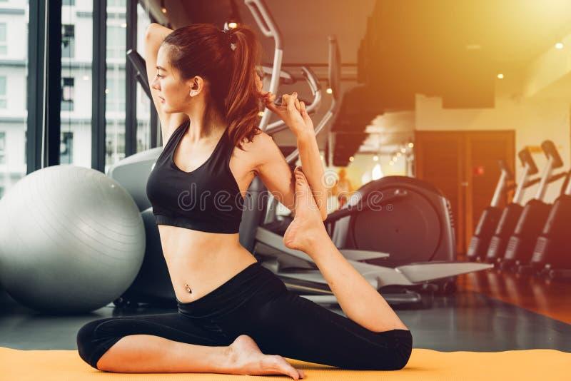 Beau yoga de femme ?tirant le corps avant s?ance d'entra?nement d'exercice  photos libres de droits