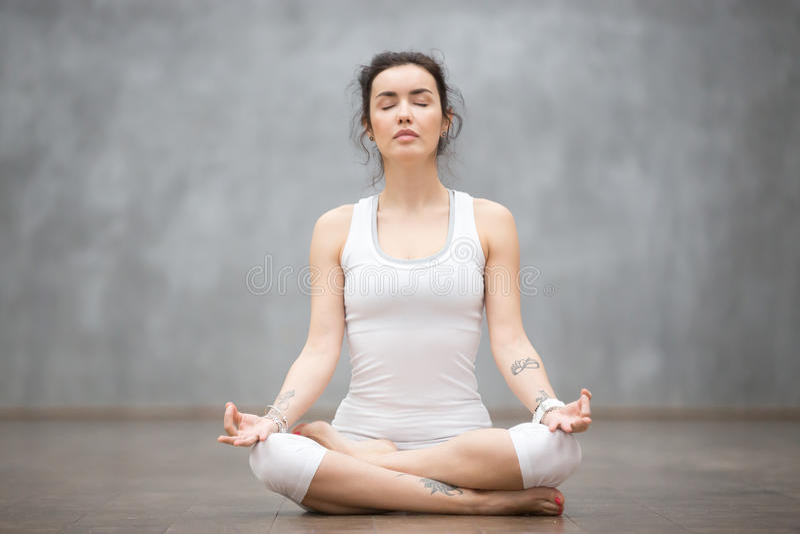 Beau yoga : Demi pose de Lotus photo stock