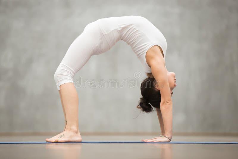 Beau yoga : Pose de pont images libres de droits
