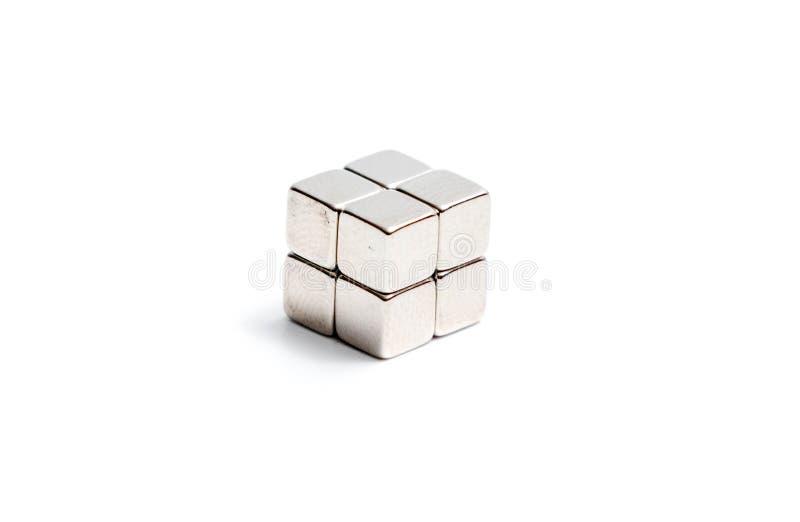 Beaucoup aimant fort de néodyme carré d'isolement sur le blanc image stock