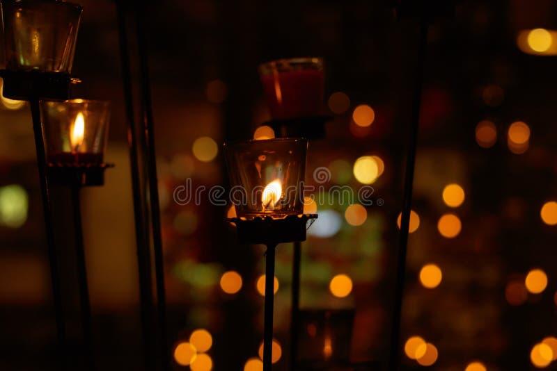 Beaucoup bougies brûlantes avec la profondeur du champ photos stock