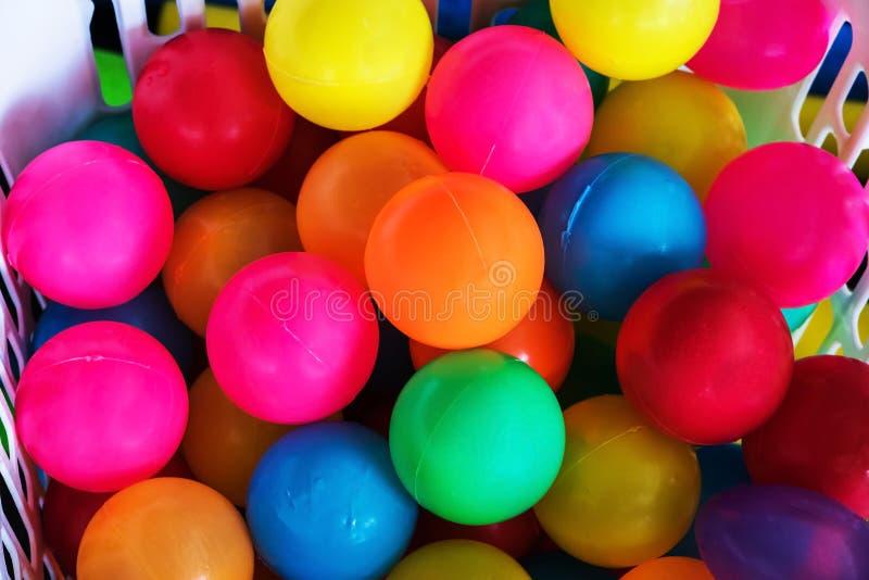 Beaucoup colorent les boules en plastique sur un panier photo libre de droits