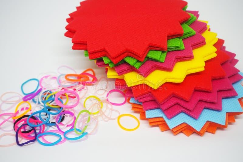 Beaucoup colorent les notes de papier avec la coupe de conception et la bande élastique illustration stock