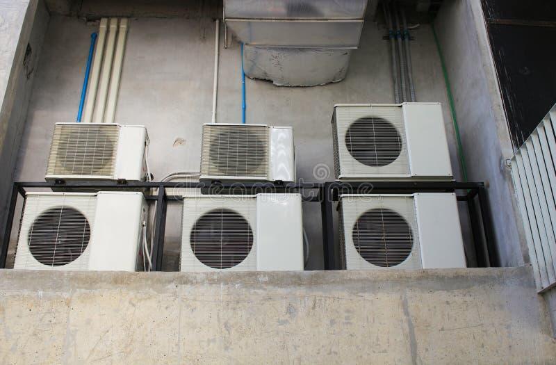 Beaucoup compresseur de climatiseur installé dans le vieux bâtiment photos stock
