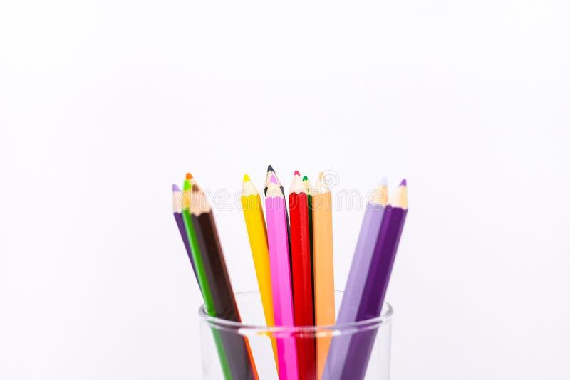 Beaucoup crayon coloré ou crayon en bois en pastel dans le verre images libres de droits