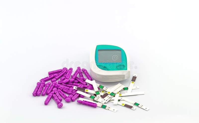 Beaucoup dépouillent l'essai du mètre de glucose sanguin, la valeur de sucre de sang est mesurés sur un doigt sur le fond blanc photographie stock