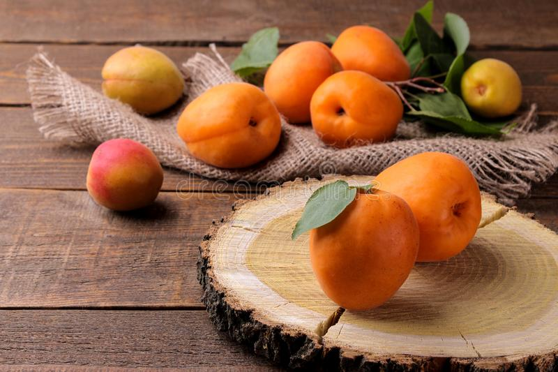 Beaucoup d'abricot frais et m?r dans un sac sur un fond en bois brun photos libres de droits