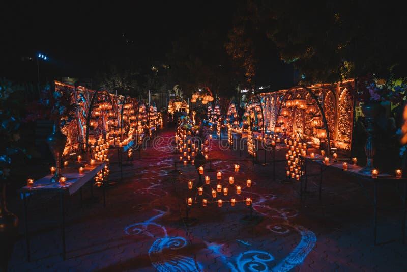 Beaucoup d'ampoules électriques accrochantes décoratives, lampe de tungstène, abstraite photo libre de droits