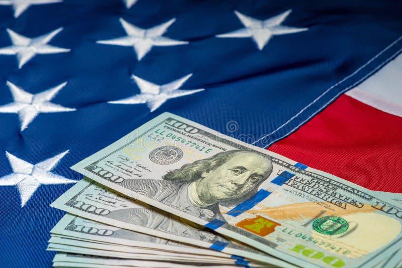 beaucoup d'argent 100 dollars sur le fond du drapeau américain photographie stock