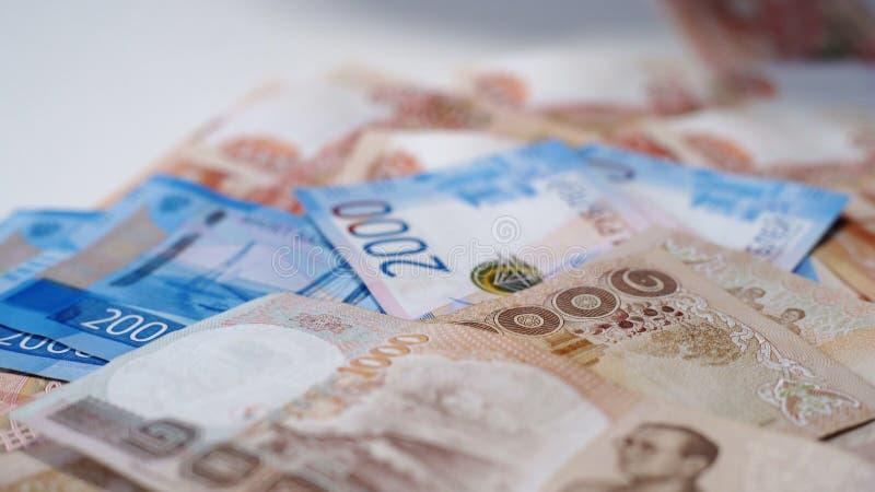 Beaucoup d'argent russe, roubles sur une table blanche Billets de banque de 5000 et de 2000 image libre de droits