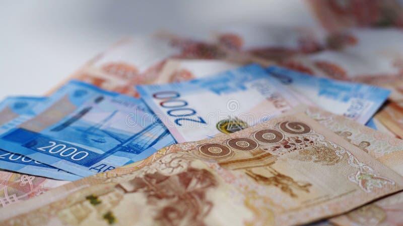 Beaucoup d'argent russe, roubles sur une table blanche Billets de banque de 5000 et de 2000 images libres de droits