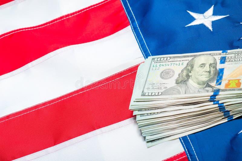 beaucoup d'argent sur le drapeau de l'Amérique photographie stock libre de droits