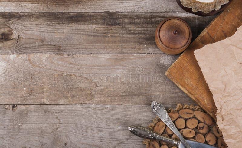 Beaucoup d'articles de cuisine bifurquent des couteaux sur la vue supérieure de photo en bois image stock