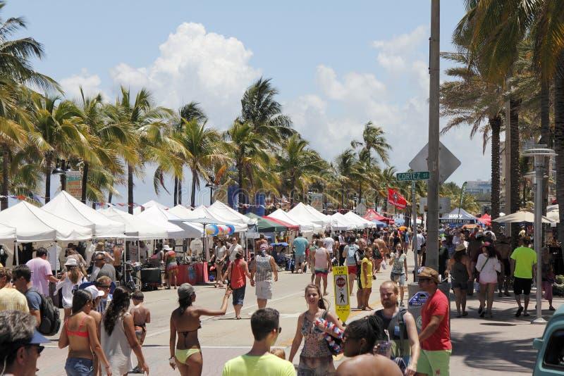 Beaucoup d'auvents de partie de plage de rue images libres de droits