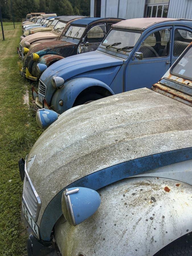 Beaucoup d'avants de vieux grunge de vieilles voitures de cru ont rayé le cru rouillé sale images libres de droits