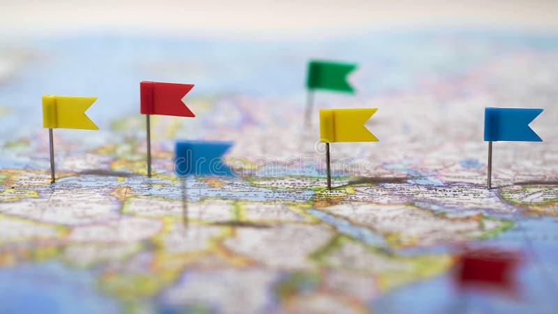 Beaucoup d'emplacements identifiés par des goupilles sur la carte du monde, réseau de télécommunication mondiale photo stock