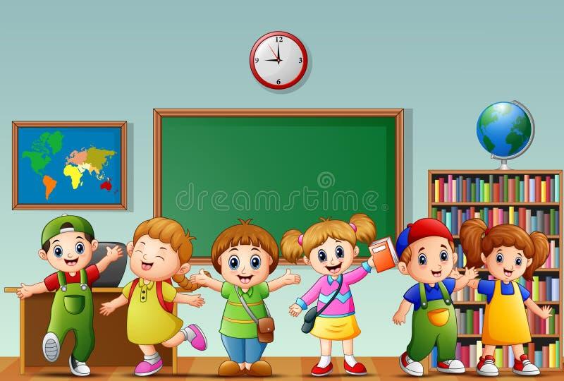 Beaucoup d'enfants se tenant dans l'avant de la salle de classe illustration libre de droits