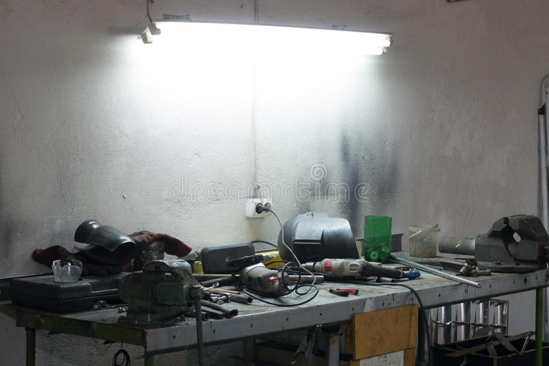 Beaucoup d'outils se trouvant sur une table dans le garage image libre de droits